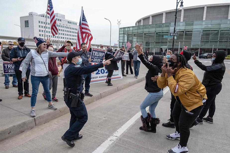 Le ton a monté entre des partisans de Donald Trump et des contre-manifestants à l'extérieur du centre des congrès de Detroit.