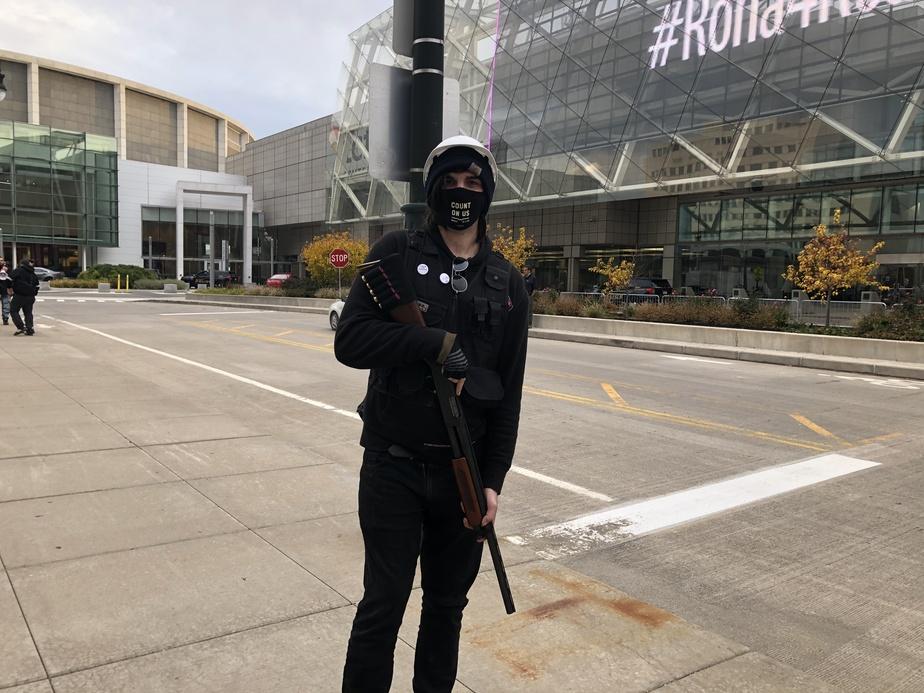 Dempsey Smith, militant d'extrême gauche au sein d'un groupe baptisé Rise Up Lansing, s'est présenté jeudi à une manifestation anti-Trump avec une arme à feu.
