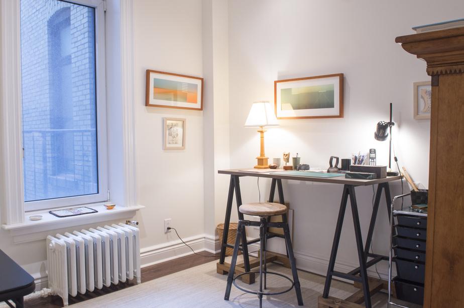 Il y a cinq chambres dans cet appartement, dont celle-ci, convertie en bureau.