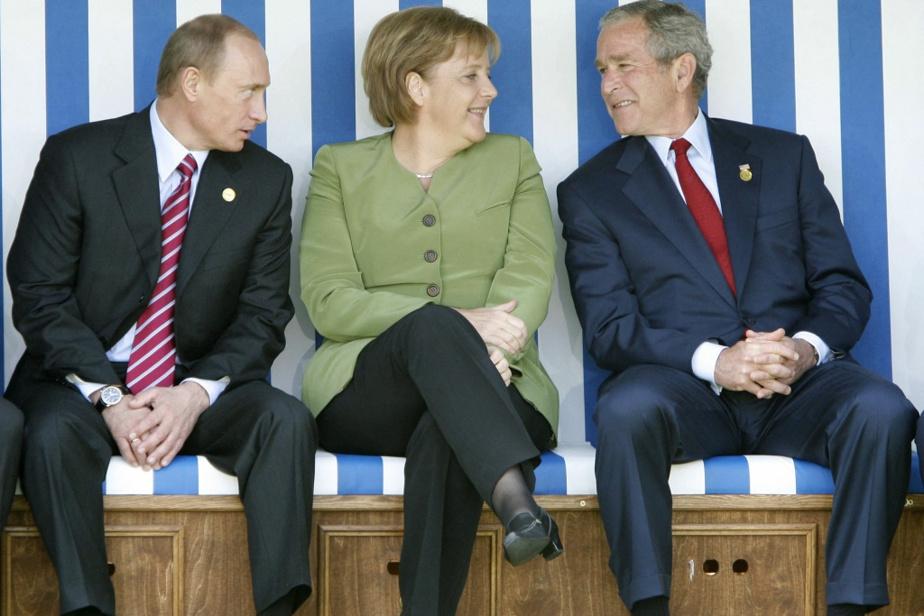 En 2007, entourée par les présidents Poutine et Bush lors d'un sommet du G8