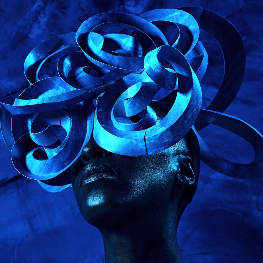 La conception du masque et sa fixation sur la tête du modèle ont présenté un grand défi pourl'artiste.