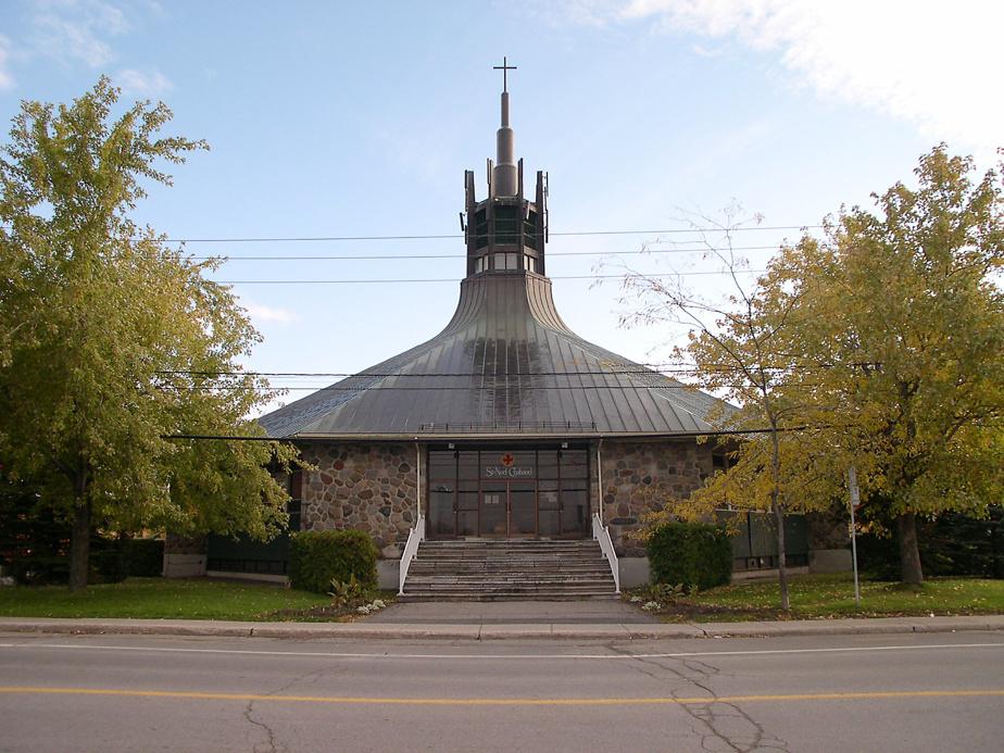 Saint-Noël Chabanel (Laval) – L'œuvre d'André Ritchot est assez méconnue, bien que l'architecte soit l'un des plus prolifiques en matière d'architecture religieuse québécoise, avec 17lieux de culte à son actif à Montréal et 1 aux Îles-de-la-Madeleine. Construite en 1960, cette église de Laval se démarque par son plan octogonal et son clocher évoquant une couronne.