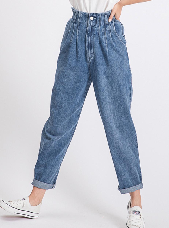 Plutôt axé sur la fonctionnalité ces dernières années, le denim fait un retour plus «fashion» avec de nouvelles coupes et de nouveaux détails, comme le jeans à jambes évasées, à cargo ou à plis. Sur la photo, le jean taille haute plissée. Prix: 60$