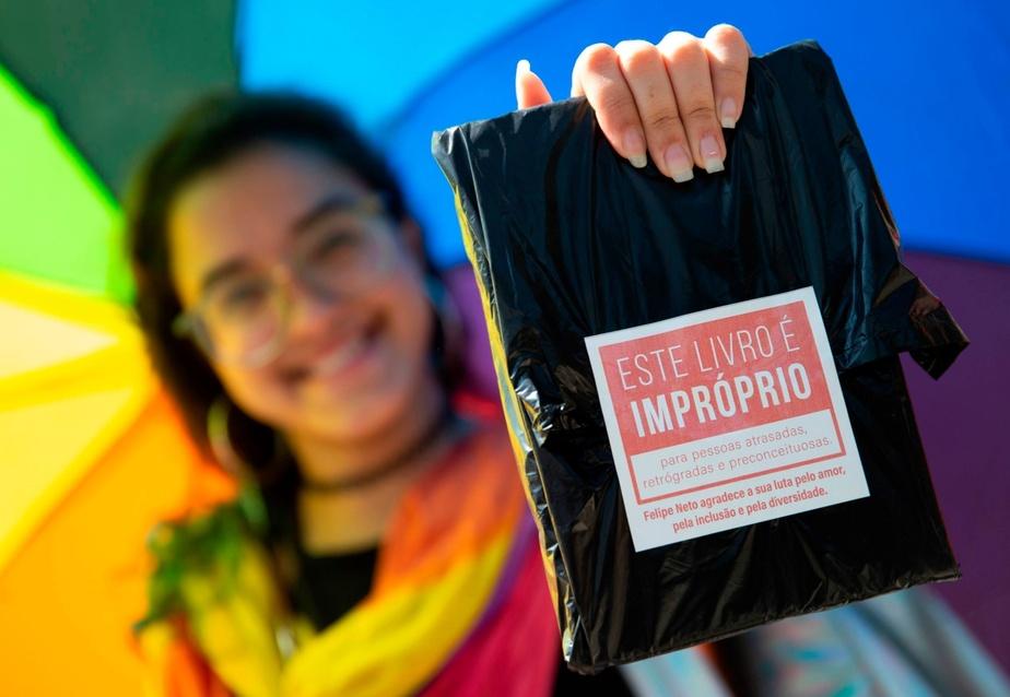 « De tels livres doivent être couverts de plastique noir et scellés»: au Brésil, il demandait le retrait d'une BD où deux hommes s'embrassent
