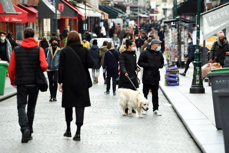 FRANCE-PRESSE Des gens font une promenade dans une rue piétonne de Paris