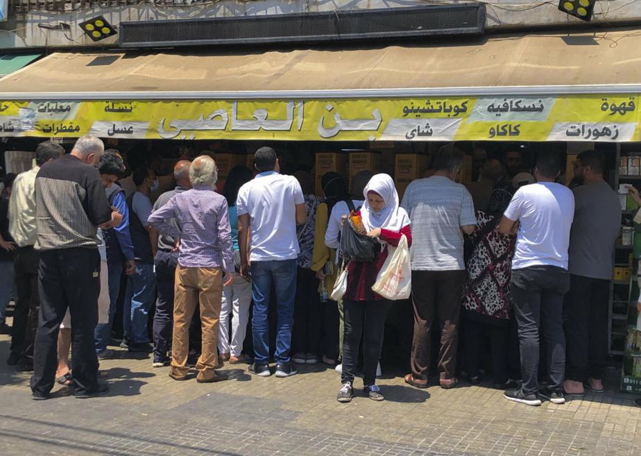 Ruée de clients vers une maison de torréfaction à Beyrouth, le 23juin, à la suite d'une hausse soudaine des prix du café.