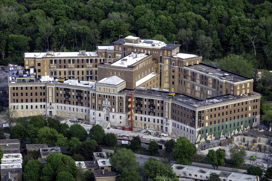 Outremont sur la montagne, immeuble classé patrimoine culturel, construit en 1924 sur le flanc du mont Royal et reconnu pour avoir été la maison-mère des Sœurs des Saints Noms de Jésus et de Marie.