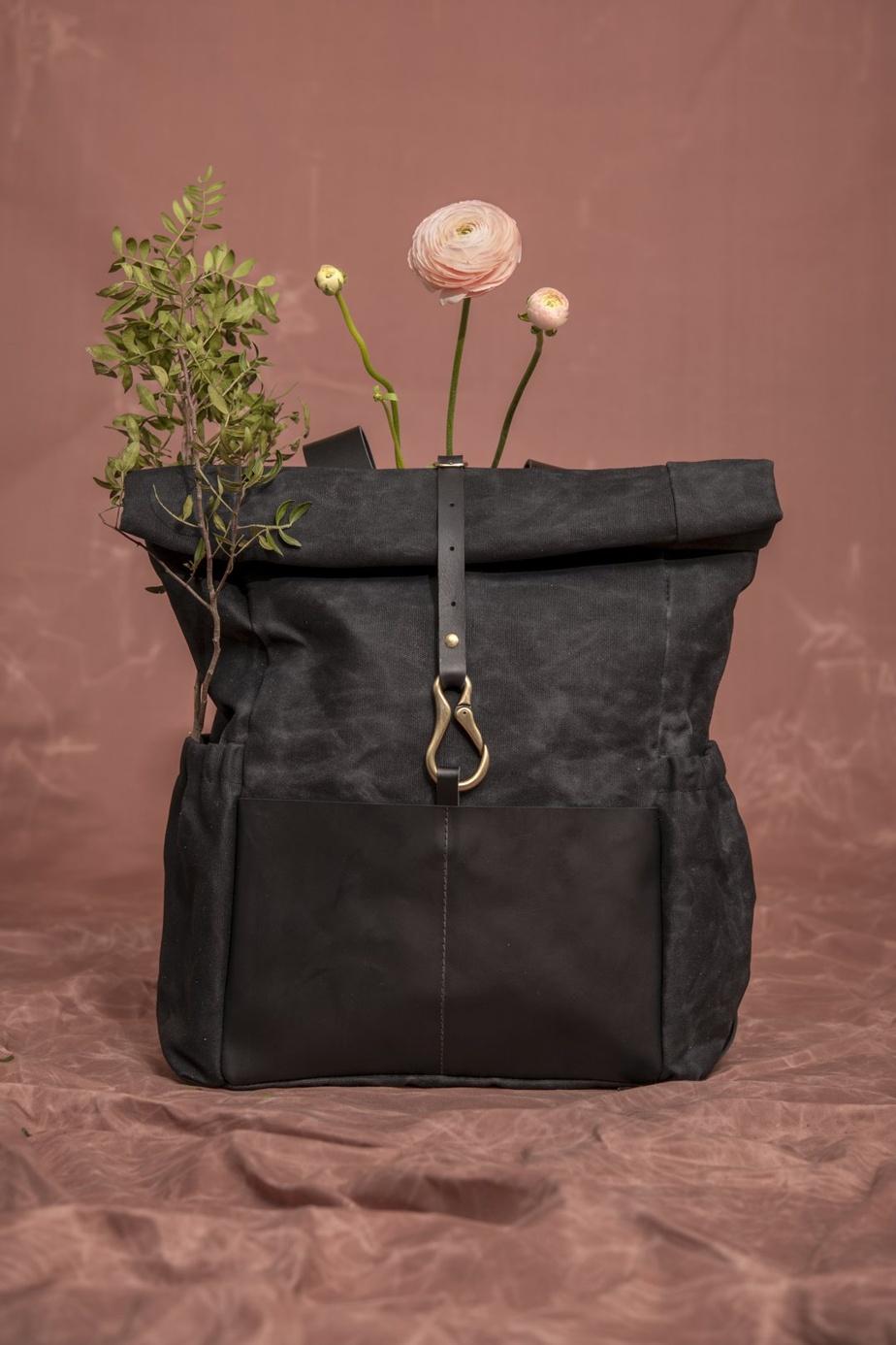 Veinage dessine et fabrique à la main des sacs et autres accessoires mode en utilisant du bois, du cuir et des textiles récupérés.