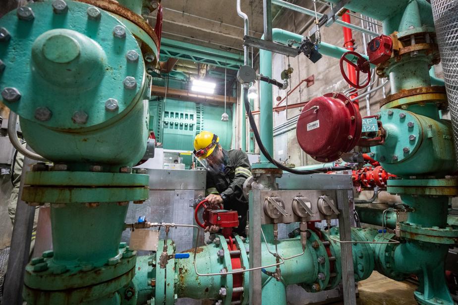 Les travaux d'entretien et de mise à niveau n'arrêtent jamais à la centrale. Des spécialistes d'Hydro-Québec inspectent un ensemble de valves.