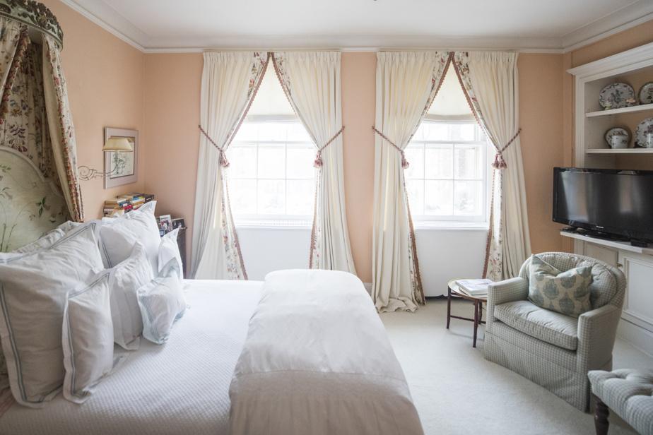 La chambre des propriétaires est rattachée aux pièces-penderies (trois) et à deux salles de bains. Il y a un foyer dans cette pièce. Chaque élément décoratif a une signification pour le couple, qui y attache beaucoup d'importance, comme cette tête de lit peinte à la main par une amie et remise lors de leur mariage il y a 51ans.