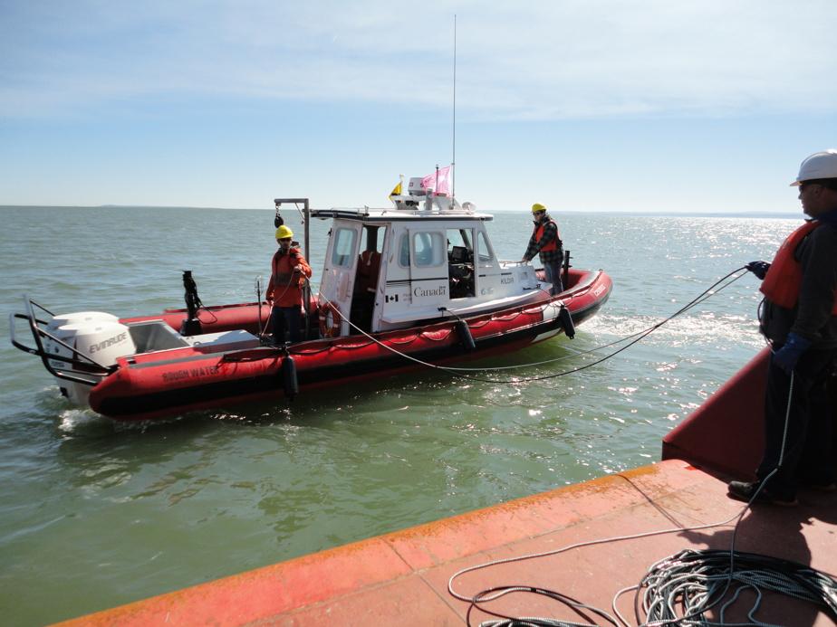 Déploiement d'un hydrophone à bord du navire Kildir