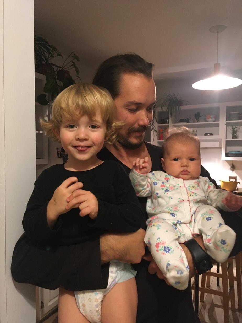 Une des dernières créations de Jérémie Deschamps Bussières (en duo avec sa conjointe!) s'appelle Anna, née l'été dernier, ici avec son papa et son frère, Lévi.