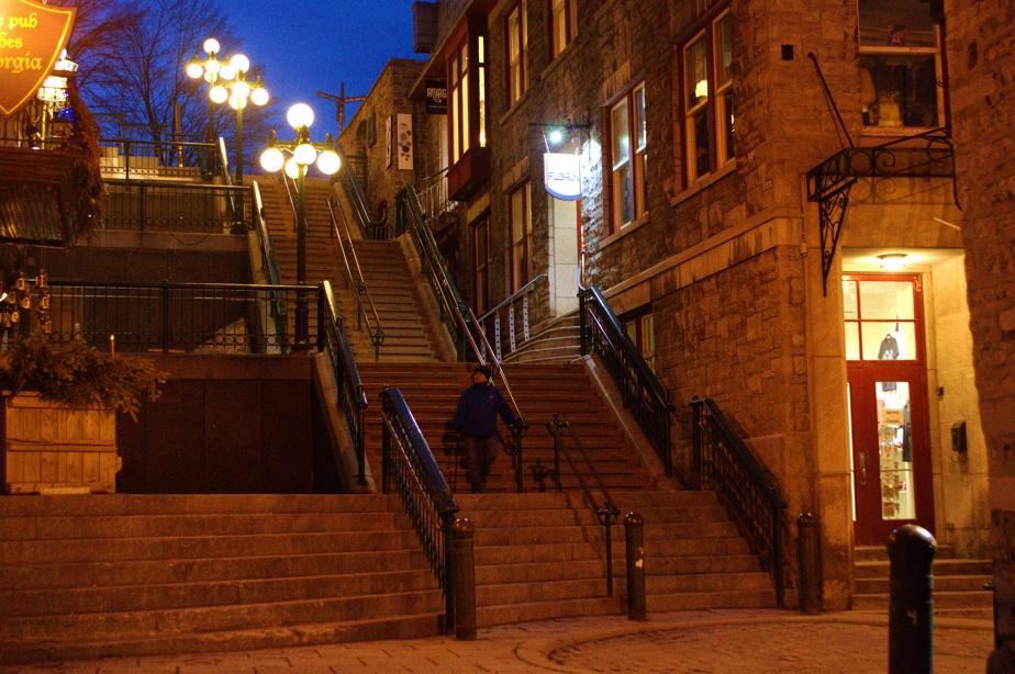 L'absence de touristes s'est fait remarquer dans le Vieux-Québec, particulièrement le printemps dernier. «Nous habitons le Vieux-Québec et cette année a été celle de l'absence, constate Vincent Rossignol. Nous faisons nos marches dans un Vieux-Québec vide! J'ai pris bien des photos: la Place Royale, vide, le Petit-Champlain, vide. Voici celle de l'escalier Casse-Cou, toujours rempli de touristes. Ce soir d'avril2020, nous constations combien cette Basse-Ville est jolie.»