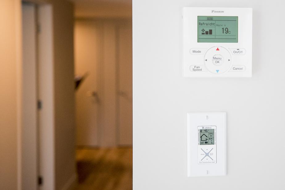 Un système de filtration central assure l'entrée d'air frais dans l'ensemble du bâtiment. Les appareils de climatisation et de chauffage sont toutefois contrôlés individuellement, dans chaque appartement locatif, afin de procurer un plus grand confort.