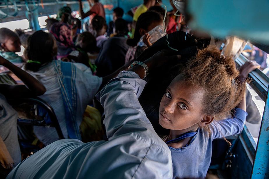 Une fois en territoire soudanais, les réfugiés sont entassés dans des autobus.