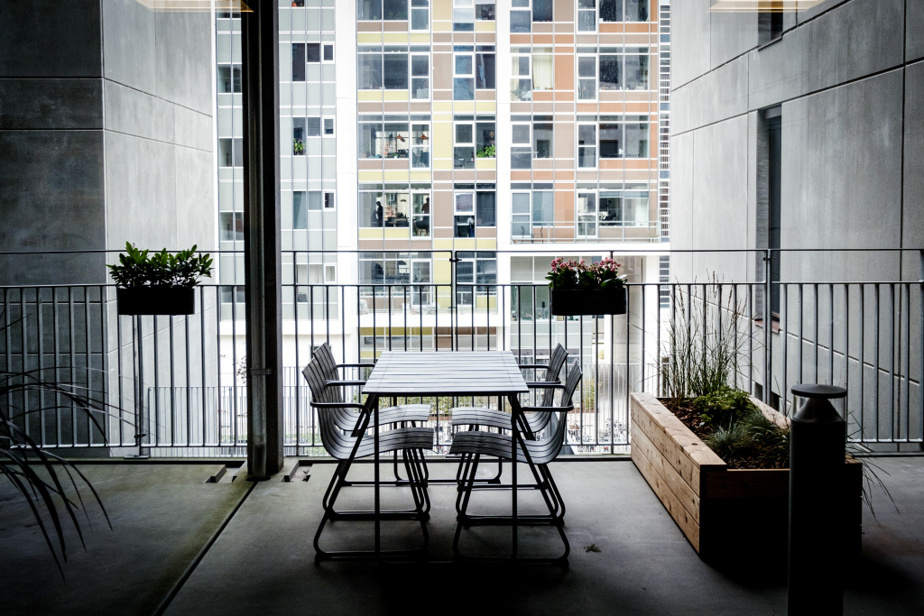 Même si l'établissement est construit en hauteur, plusieurs balcons permettent un accès à l'extérieur.