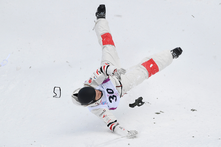 24 janvier 2020. Berkley Brown fait une chute spectaculaire lors de la Coupe du monde de bosses en ski acrobatique, à Mont-Tremblant.