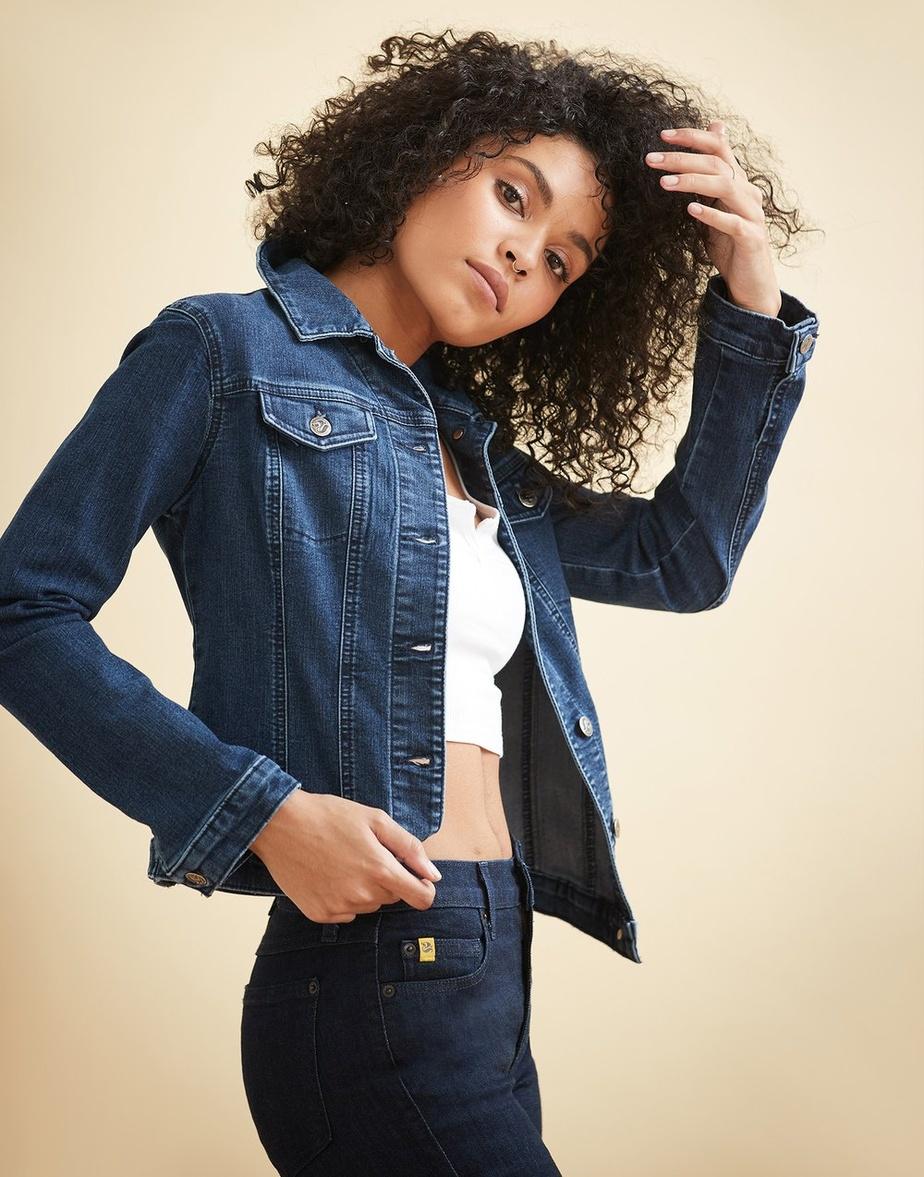 La veste classique en jeans avec surpiqûres ton sur ton. Prix: 158$.