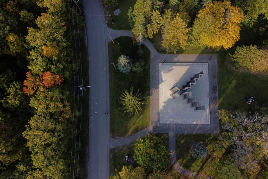 Le monument en hommage à Michel Chartrand et à la force ouvrière a été conçu par le sculpteur Armand Vaillancourt. Il trône fièrement près de l'entrée du parc.