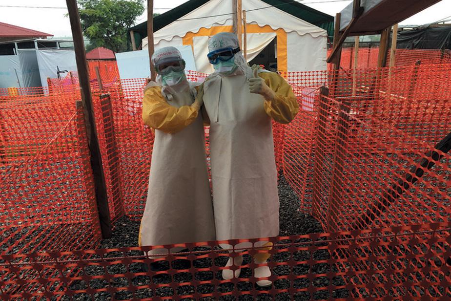 Danielle Perreault et un collègue au centre de traitement d'Ebola Forécariah, en Guinée-Conakry, en 2015