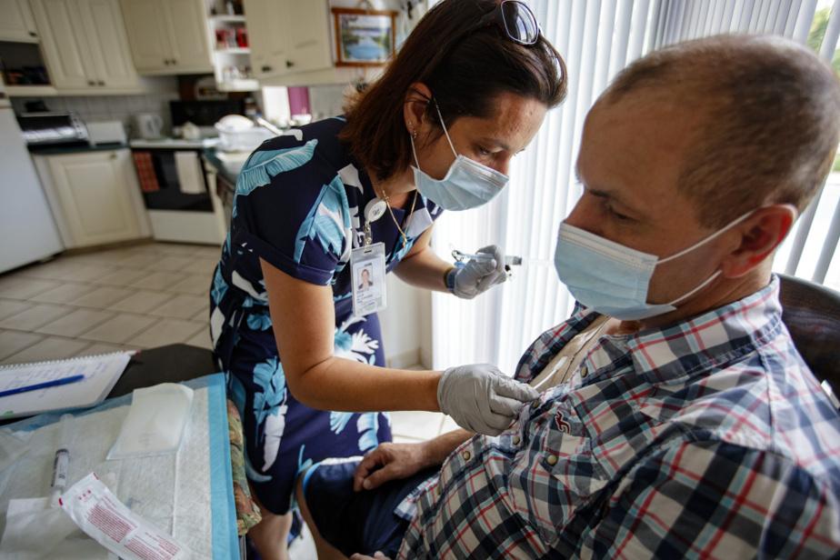 L'infirmière prend les signes vitaux de M.Piedad et nettoie son cathéter veineux central, un dispositif qui permet d'administrer de la chimiothérapie palliative: «La prochaine fois que je le laverai, ce sera dans un mois.» «Si je suis encore en vie!», lance M.Piedad en riant.