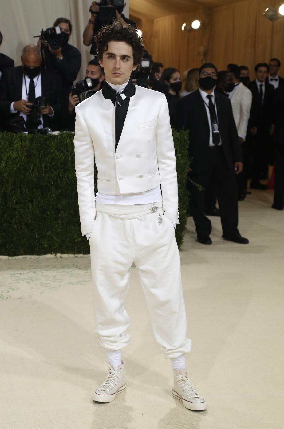 Le comédien Timothée Chalamet, vedette du filmDune, a opté pour une allure chic décontractée signée Haider Ackermann, Converse aux pieds.