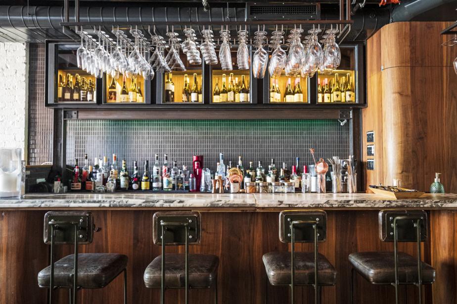La Sobremesa est aménagée sur différents paliers. À l'étage, un joli bar accueille les clients.