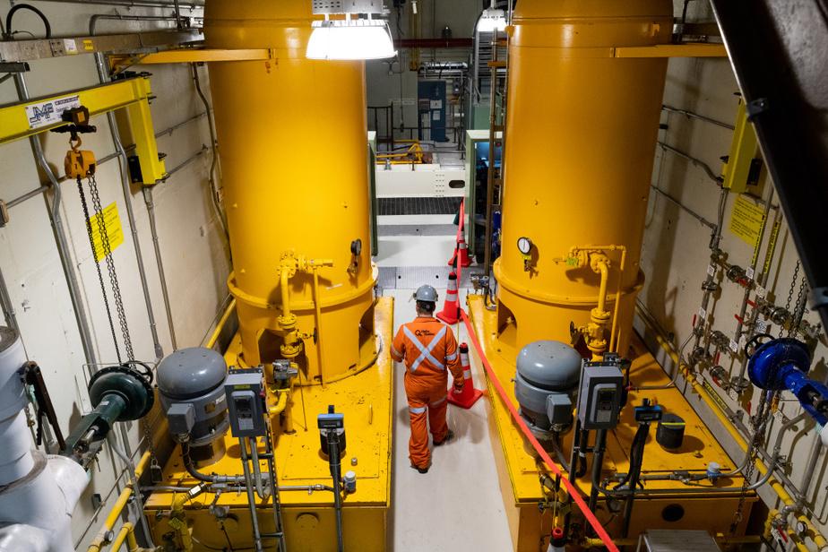 La centrale hydroélectriqueOutardes-4 est composée de quatre groupes turbine-alternateur de 280mégawatts. Pendant que l'un est en réparation, les trois autres continuent à fournir le réseau électrique québécois.