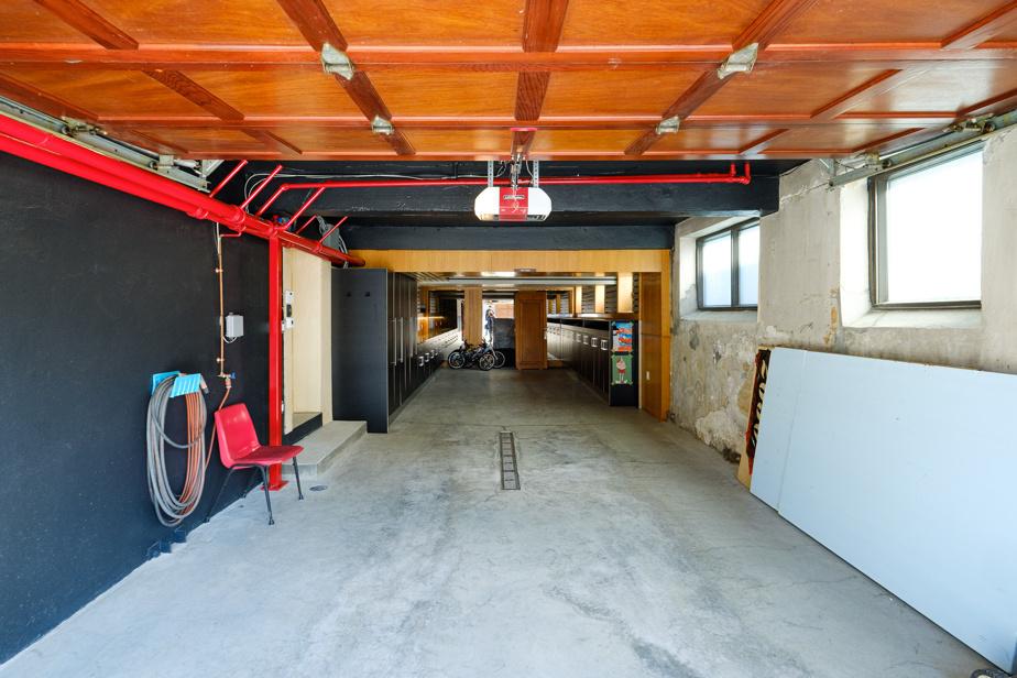 Deux véhicules sont habituellement garés dans le garage, qui a plus que doublé de superficie. Les travaux ne sont pas terminés. Le mur, à droite, sera sous peu recouvert de gypse.