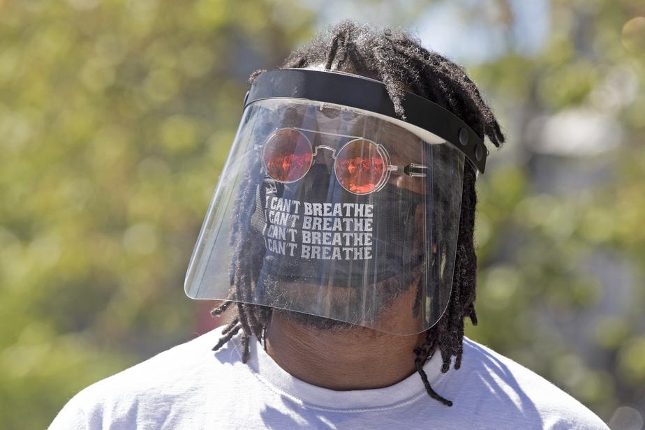 Un manifestant montréalais lors d'un rassemblement contre la brutalité policière, après le meurtre de George Floyd. La phrase «I can't breathe», placée au niveau de la bouche, prend encore plus de sens que si elle était affichée sur un t-shirt ou un macaron.