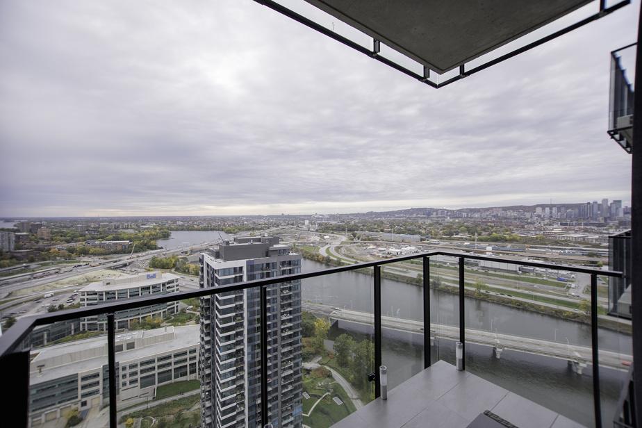 Le balcon offre une vue du centre-ville.