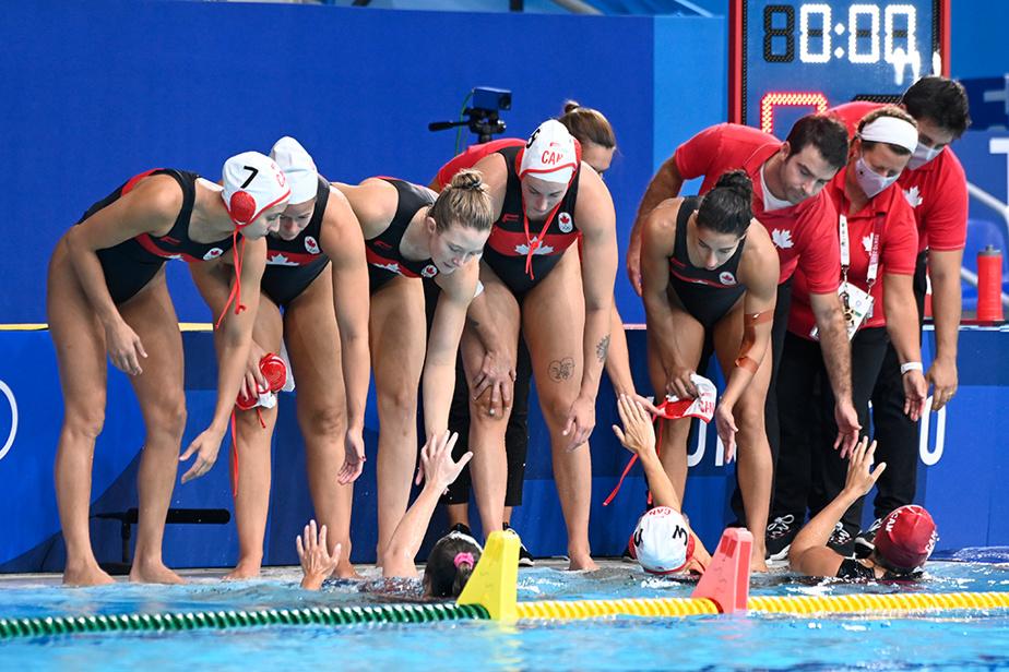 Les joueuses canadiennes et les entraîneurs félicitent leurs collègues dans la piscine lors du match de demi-finale opposant le Canada aux États-Unis.