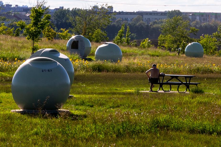 31 août 2020. Paysage de science-fiction: les sphères du parc Frédéric-Back, à Montréal, servent à protéger les puits qui récupèrent des biogaz qu'émettent les déchets enfouis dans l'ancien dépotoir devenu complexe environnemental.