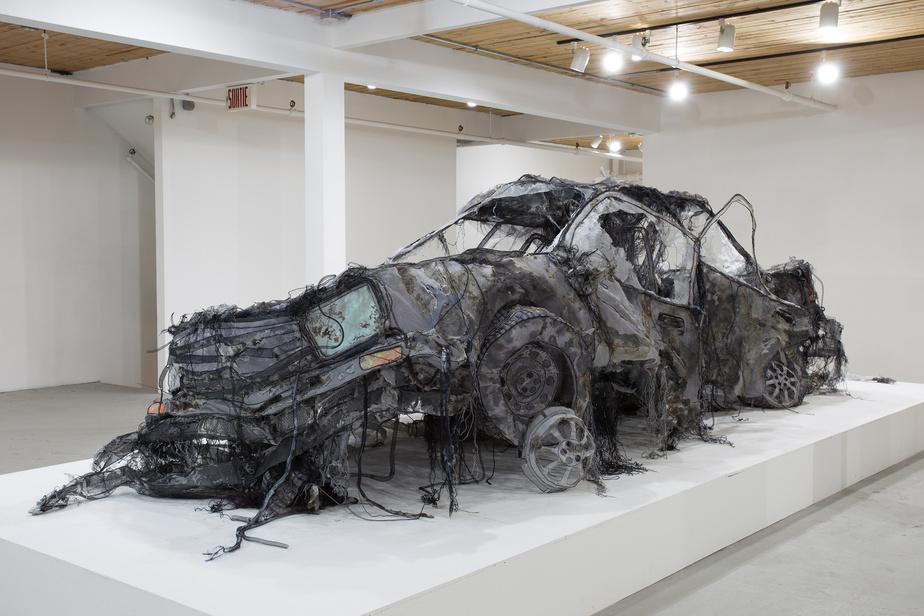 La plupart des œuvres de Jannick Deslauriers sont conçues pour être suspendues. Certaines de ses plus récentes, comme la voiture accidentée, comportent toutefois une armature très délicate.