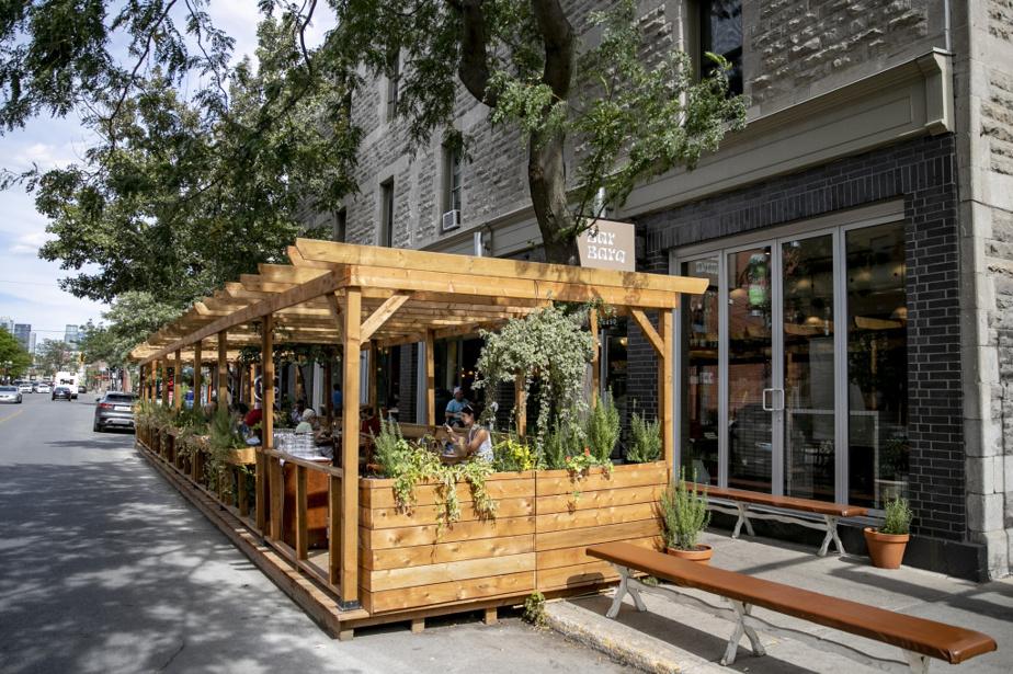 Le BarBara Vin et sa jolie terrasse fleurie, rue Notre-Dame Ouest