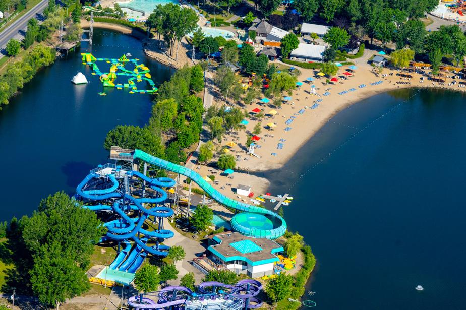 À Pointe-Calumet, sur les rives du lac des Deux Montagnes, on trouve une plage et l'un des plus grands parcs aquatiques du Québec, à seulement 30minutes de Montréal.