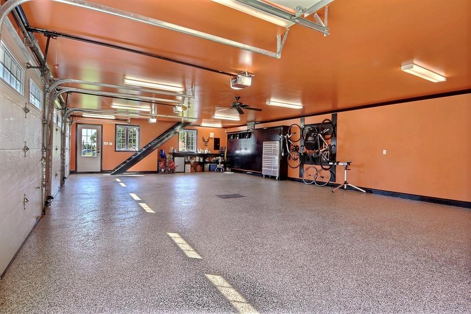 Coup d'œil à l'intérieur du garage, d'une superficie au sol de 1330pi2.
