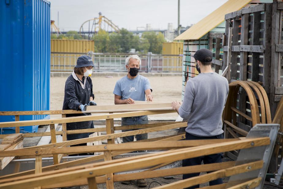 Yves Plante guide les gens qui viennent donner de leur temps pour construire les voiliers.