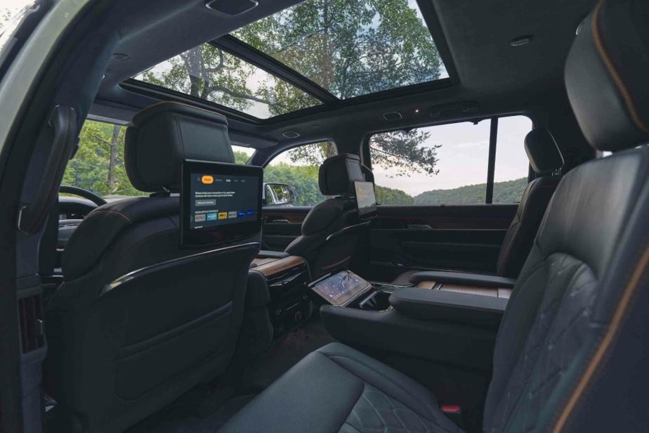 Si on inclut le bloc d'instrumentation, le Grand Wagoneer compte quatre écrans à haute définition à l'avant et jusqu'à trois autres (la configuration des sièges dicte le nombre) dans la rangée médiane.