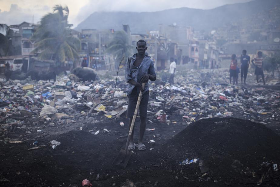 Claude Volma a perdu l'usage d'une main dans un accident de travail. Aujourd'hui sans emploi, il tente de subvenir à ses besoins comme il le peut, dans le bidonville de Barrière Bouteille, où il habite. Au milieu des déchets du quartier, il fabrique une petite quantité de charbon de bois pour la revente.