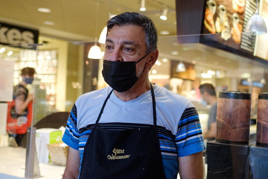 À quelques pas de la boulangerie, le café Saint-Cinnamon a mis en place de petites barrières afin de créer un trajet permettant de vérifier le code QR des clients. Le propriétaire, Amin Makhle, anticipe le temps additionnel que nécessitera l'instauration de cette mesure, particulièrement pendant les heures les plus achalandées. «Dans une heure, des fois, on a de 70 à 100clients», explique M.Makhle.