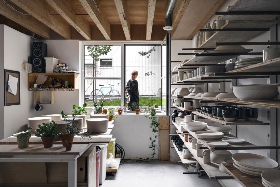 L'atelier du céramiste, en demi-sous-sol, s'ouvre sur le jardin.
