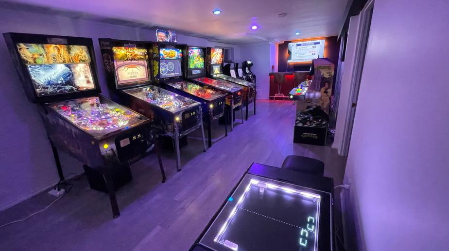 La très belle salle de jeux de Julien Hamel, à Montréal. Bornes d'arcade à foison, machines à boules avec des thèmes originaux (Iron?Maiden, The Hobbit, Pirates des Cara?bes...), bar au fond, écrans au mur… non, on ne va pas s'ennuyer?!