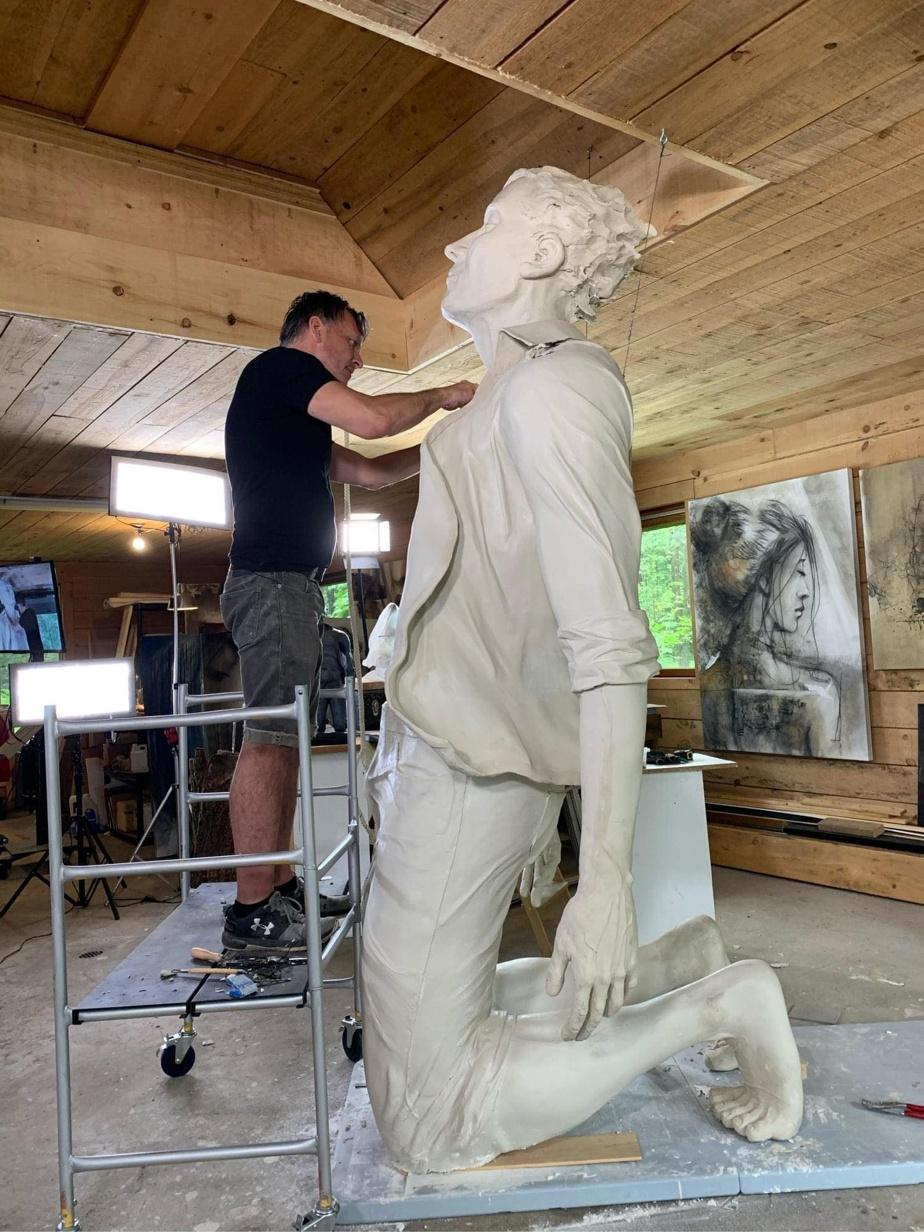 «Le confinement et le contexte de la COVID nous ont, quelque part, permis d'être très près de notre projet», dit le sculpteur André Desjardins, qui a créé son personnage à genoux et les bras ouverts, recevant le vent du lac Memphrémagog.