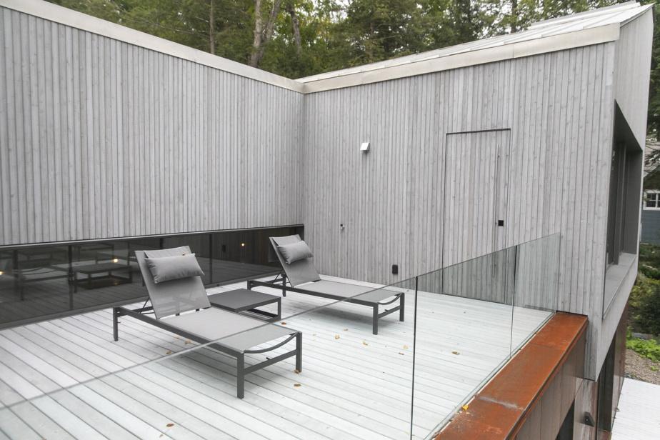 La terrasse adjacente au salon troissaisons est l'endroit indiqué pour contempler les couchers de soleil sur le lac, qui devient alors orangé. «Parfois, il y a des reflets complètement fous!», lance le propriétaire avec enthousiasme.