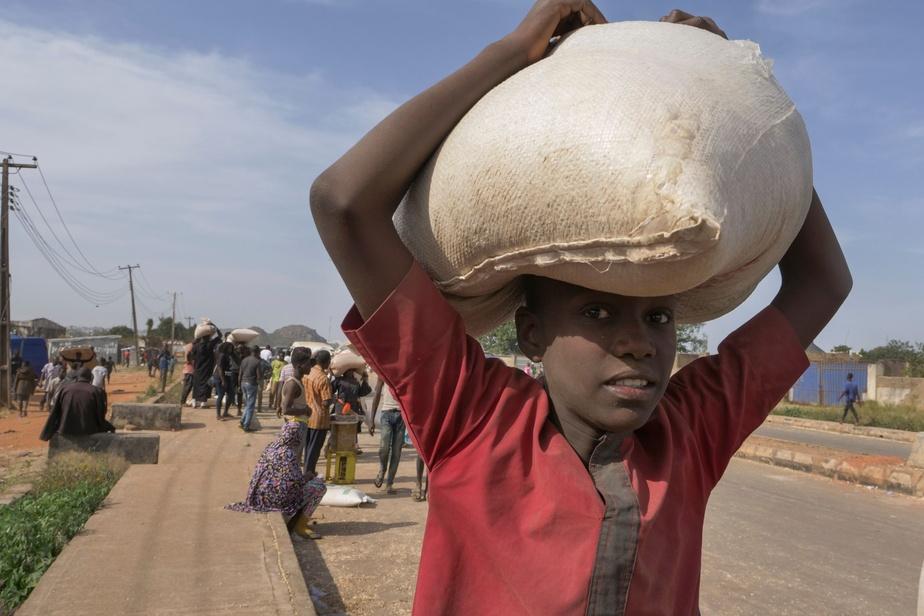 Un garçon transportant un sac de nourriture, à Jos, samedi. D'autres pillages de masse se poursuivaient à Ede (sud-ouest), où plusieurs milliers de personnes ont également envahi et pillé un immense entrepôt de nourriture bloquant toute circulation dans la ville vendredi. Des maisons de politiciens locaux ont été vandalisées dans plusieurs États, dont celui de Calabar (sud-est).