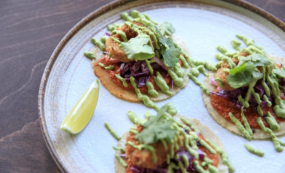 Les tacos «calamaris» sont concoctés avec des pleurotes marinés et frits et une sauce romesco.