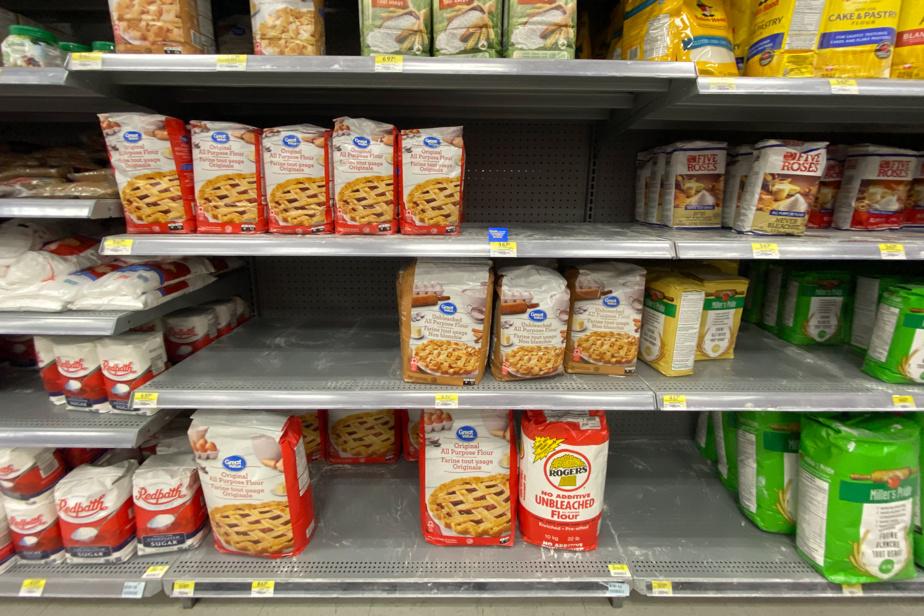 Des étagères dégarnies de farine tout usage au Walmart de Candiac