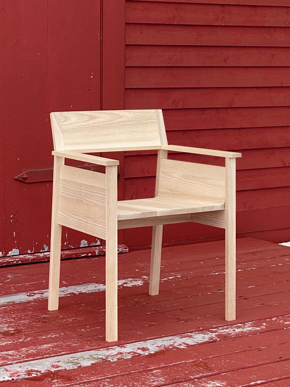 Chaise de cuisine en bouleau jaune imaginée par le designer suisse Anthony Guex