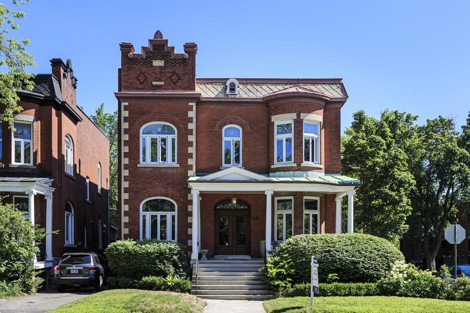 Tourelle, fronton et pilastres font tout le charme des maisons victoriennes. Celle-ci s'inscrit dans un environnement verdoyant.